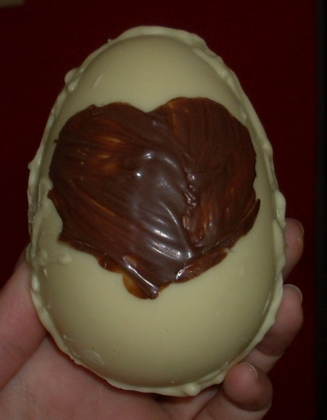 huevo de chocolate blanco con corazón negro